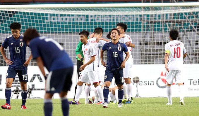 Các cầu thủ Việt Nam chúc mừng nhau sau chiến thắng 1-0 còn đối thủ Nhật Bản gục đầu thất vọng. Đội trưởng Văn Quyết cho biết sau trận anh và các đồng đội chơi một trận đấu cảm tử để giành thắng lợi lịch sử cho bóng đá Việt Nam. Lứa cầu thủ U21 được Nhật Bản đầu tư mạnh tay để chuẩn bị cho Olympic 2020 tổ chức ở xứ sở mặt trời mọc.