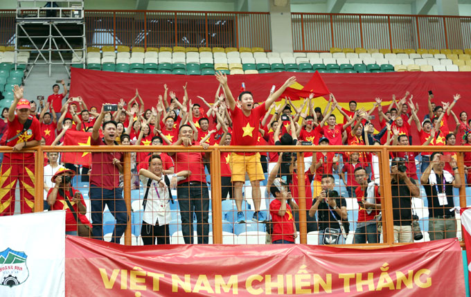 Các CĐV ở Indonesia mở hội ăn mừng chiến thắng lịch sử.