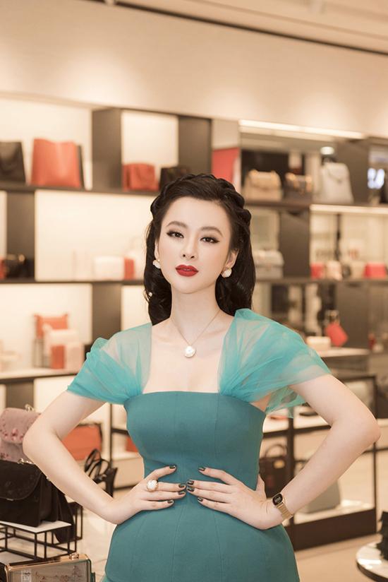 Người đẹp chọn mẫu váy xanh đượcNguyễn Công Trí thiết kế riêng cho cô.