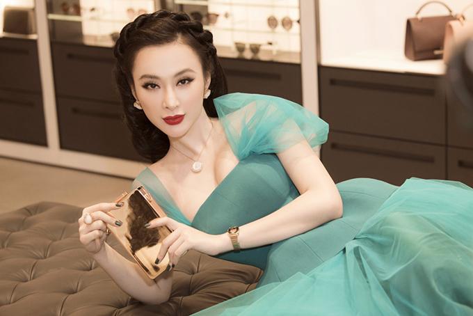 Nữ diễn viên chia sẻ cô vẫn theo học thanh nhạc trong một năm qua và nếu có duyên chắc chắn sẽ thử sức với âm nhạc. Angela Phương Trinh cũng cho biết cô đang lựa chọn vai diễn mới để tái ngộ điện ảnh.