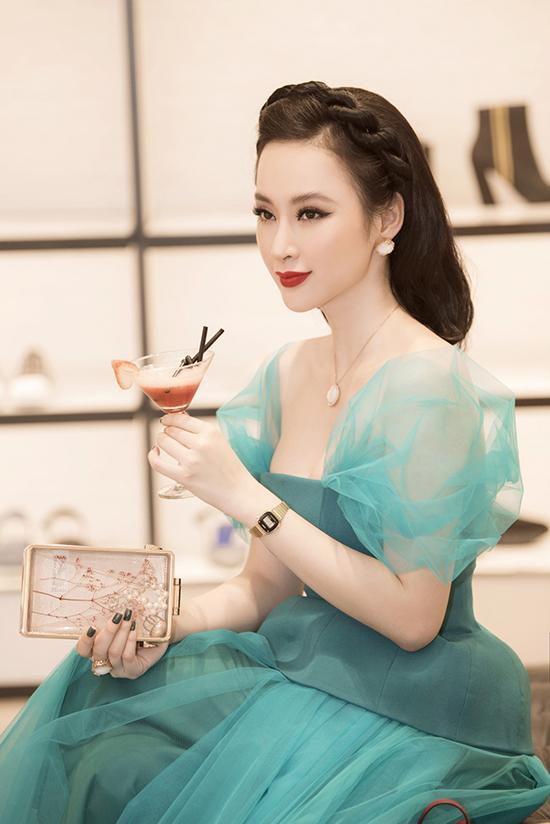 Trong sự kiện đặc biệt này, Angela Phương Trinh tiếp tục gây chú ý với phong cách trang điểm mang màu sắc cổ điểnsang trọng.