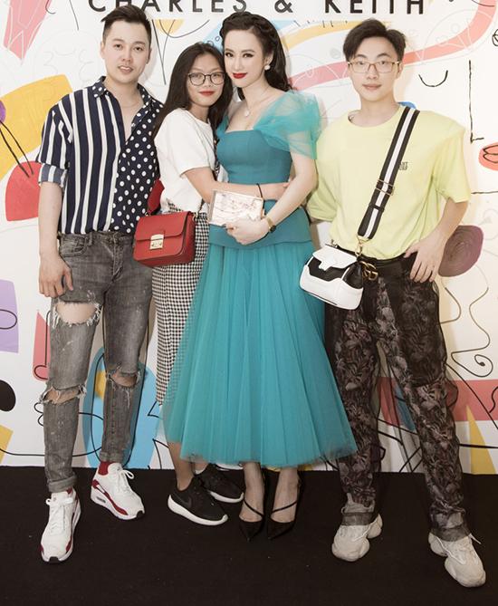 Đã khá lâu trở lại Hà Nội tham gia một sự kiện, Angela Phương Trinh vẫn nhận được sự yêu thương của khán giả. Nhiều fan đã chuẩn bị những món quà dành cho nữ diễn viên khiến cô vô cùng xúc động.