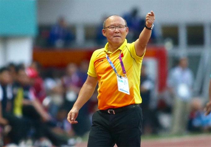 HLV Park Hang-seo liên tục lao ra đường biên chỉ đạo học trò trong trận thắng Nhật Bản. Ảnh: Đức Đồng.