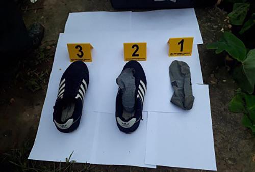 Giày của nghi phạm gần hiện trường. Ảnh: Công an Hưng Yên.