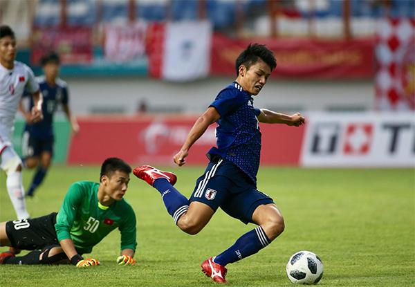 Ueda vượt qua thủ môn Tiến Dũng nhưng lại dứt điểm hụt do mất đà, bở lỡ cơ hội gỡ hoà cho Nhật Bản. Ảnh: Đức Đồng.