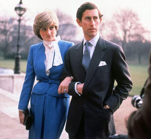 Diana đeonhẫn đính đá sapphire 12 cara sau khi kết hôn với Thái tử Charles năm 1981. Ảnh: Rex Feature.