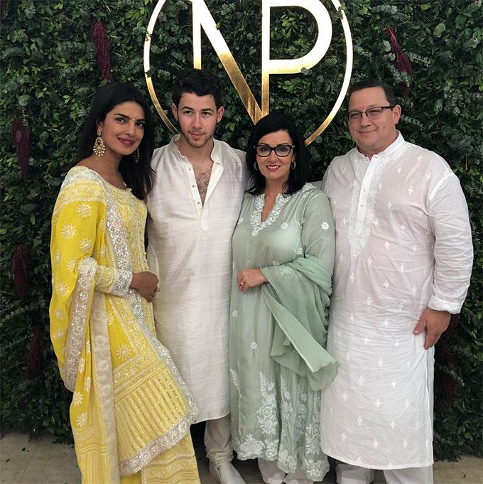 Bố mẹ Nick rất vui vì có cô con dâu xinh đẹp, tài năng. Ông bà đã sang Ấn Độ từ hôm thứ 5 để chuẩn bị cho buổi lễ đính hôn và cũng chia sẻ hàng loạt bức ảnh trong sự kiện trọng đại này lên Instagram.