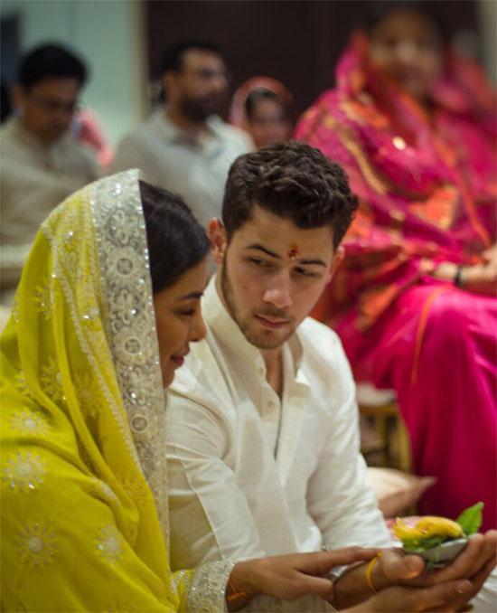 Vào thứ bảy, buổi lễ Rako (giống như lễ ăn hỏi ở Việt Nam hay lễ đính hôn ở phương Tây) của Hoa hậu Thế giới 2000 Priyanka Chopra và ca sĩ Nick Jonas đã được tổ chức tại quê nhà Ấn Độ của Priyanka.