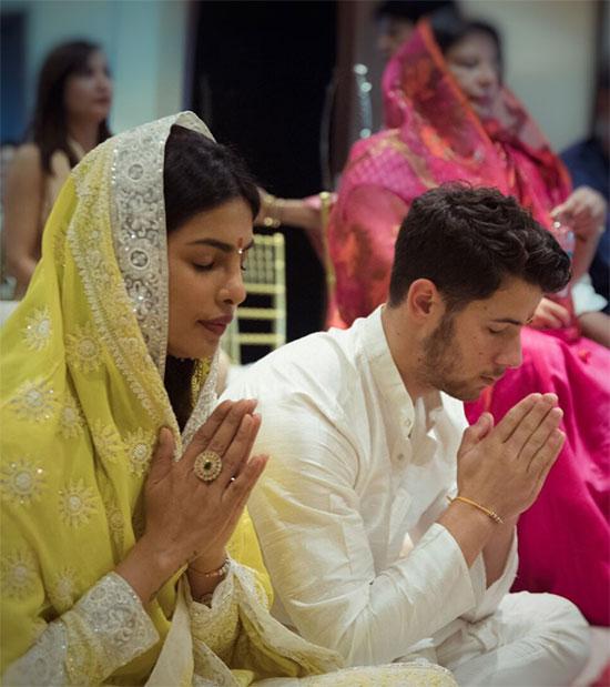 Cặp đôi đeo vòng đính ước, cùng chắp tay lạy thần linh.