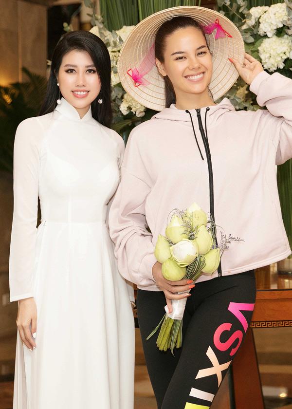 Trước đó, hôm 18/8, khi vừa đặt chân tới sân bay Tân Sơn Nhất TP HCM, mỹ nhân người Philippines đã được Emily Hồng Nhung ra đón.