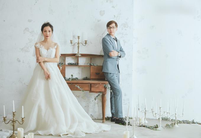 Phần trên của váy sử dụng chất liệu satin, kết hợp cùng họa tiết hoa ren Hàn Quốc. Mẫu váy nhẹ nhàng không quá cầu kỳ nhưng vẫn tôn lên vẻ đẹp của cô dâu. Thân dưới được làm từ chất liệu voan Pháp mỏng nhẹsẽ giúp chiếc váy đạt đến độ bồng bềnh tựa như những áng mây.