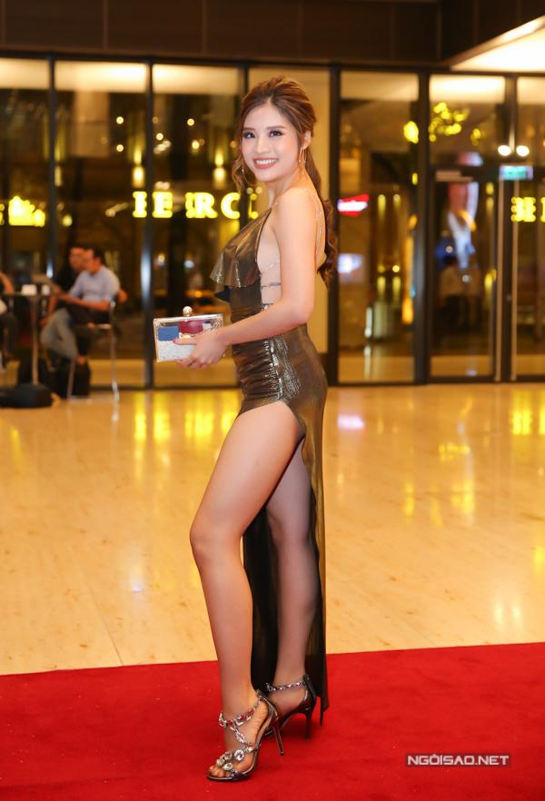 Hoa hậu Đông Nam Á 2015 Phan Hoàng Thu dự đêm tiệc cùng cựu danh thủ Michael Owen trong bộ đầm cắt xẻ có phần phản cảm.