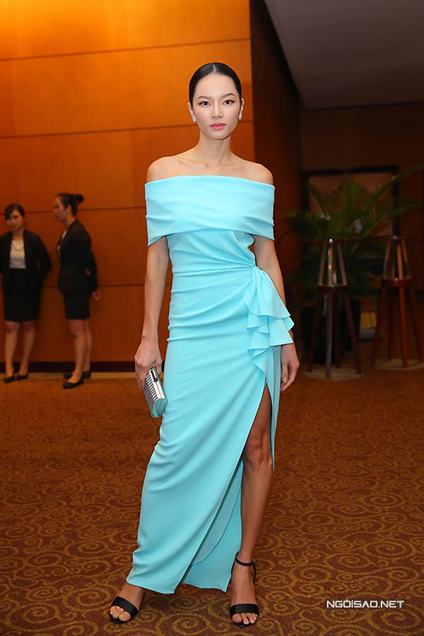 Chiếc váy của cựu người mẫu Bảo Hòa cũng xẻ cao nhưng phom dáng không tôn được hình thể người mặc, đồng thời sử dụng màu sắc và nhún bèo khá sến.