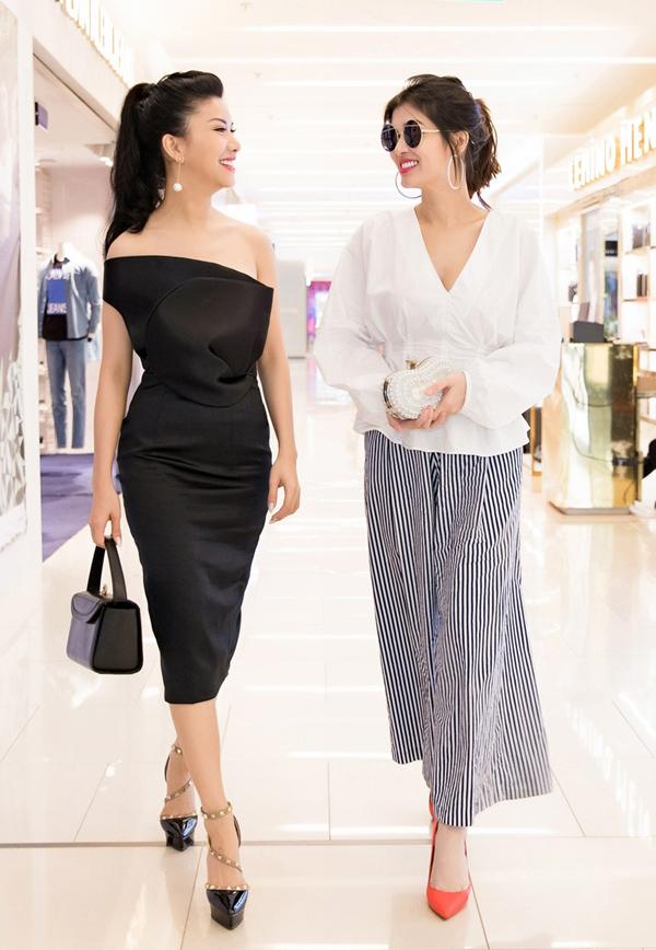 Người đẹp Oanh Yến (phải) đánh mất sức hút khi kết hợp áo vạt xòe tay phồng với quần oversized, cộng thêm giày màu cam và clutch không ăn nhập.