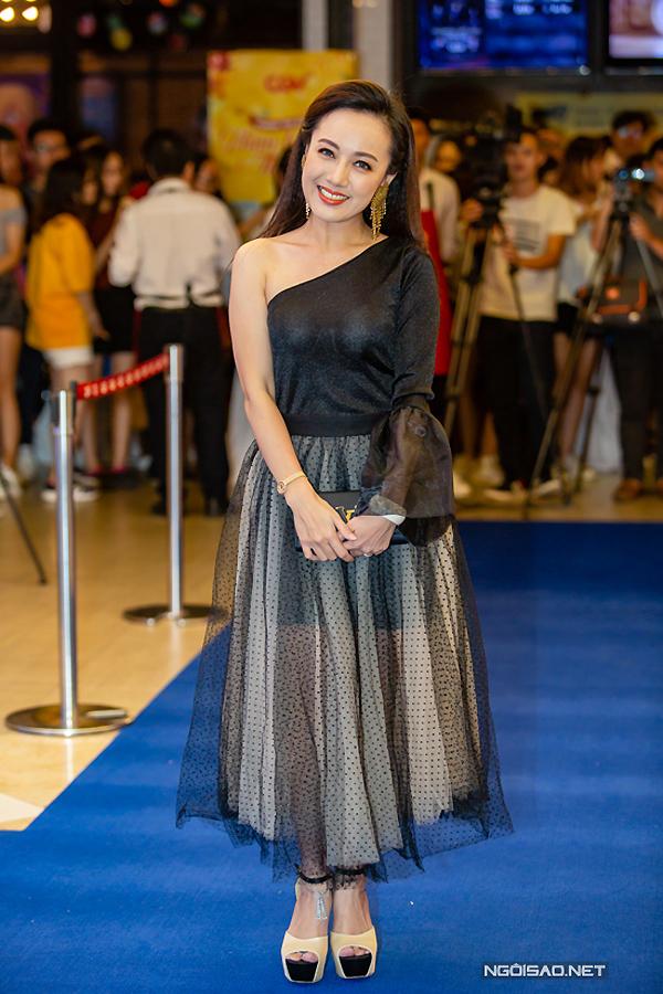 Cũng tại sự kiện này, BTV Hoài Anh chọn mẫu váy rườm rà, càng nhấn mạnhchiều cao khiêm tốn của cô. Bên cạnh đó, đôi giày đế khủng tạo cảm giác nặng nề cho tổng thể.