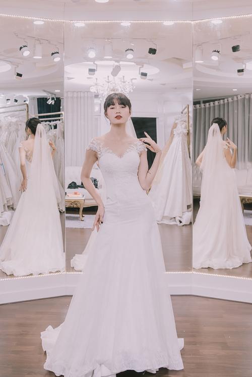 Mẫu váy có dáng gọn, không có tùng phồng, độ xòe nhẹ từ ngang đùi tuy không quá lộng lẫy nhưng cũng đủ làm cho bạn thêm nổi bật và hiện đại trong tiệc cưới. Phần ren được nhấn nhá ở cầu vai giúp tôn lênsự tinh tế và sang trọng của chiếc váy.