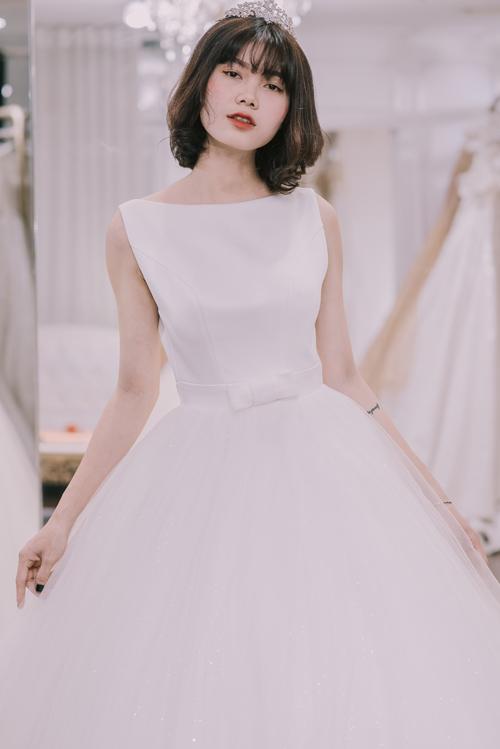 Váy có độ phồng xòe nhẹ nhàng tạo độ thướt tha khi di chuyển. Thiết kế cổ thuyền ngang là sự lựa chọn sáng suốt cho những cô dâu có đôi vai mỏng, gầy,cổ ngắn vì cổ thuyền gúp vai rộng và trông đầy đặn hơn. Tuy nhiên, áo cưới cổ thuyền lại không phải là sự lựa chọn hoàn hảo của cô dâu có vòng một khiêm tốn. Vì thế, bạn có thể cân nhắc sử dụng áo ngực push - up hoặc miếng độnđể khuôn ngực tròn đầy hơn.