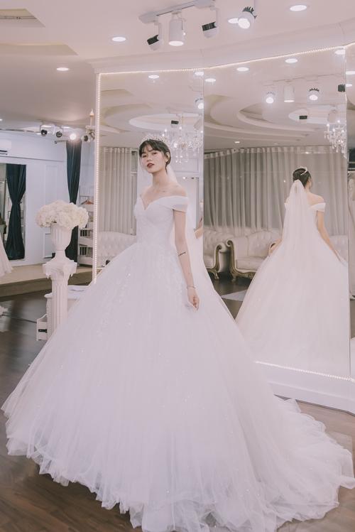 Váy cưới xẻ ngực trễ vai có độ bồng xòe lớn là một kiểu váy được các cô dâu hiện đại ưa chuộng. Chiếc váy vừa mang đến vẻ gợi cảm khó cưỡng cho người mặc mà vừa giúp cô dâu che đi khuyết điểm vòng ba nhỏ.