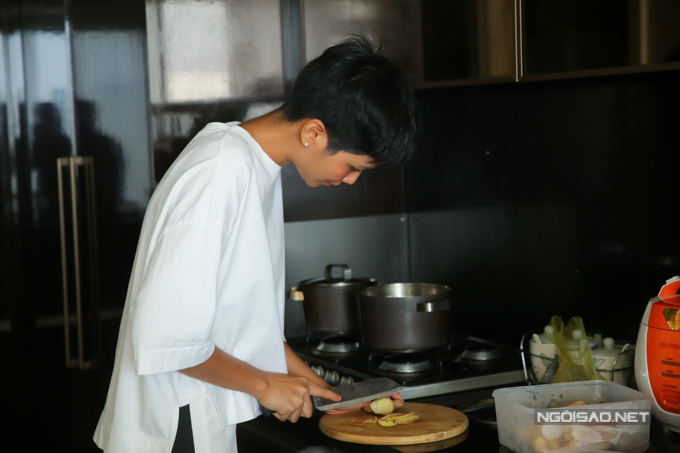 HHen Niê nhún nhảy theo nhạc Sơn Tùng mỗi khi nấu ăn buổi sáng