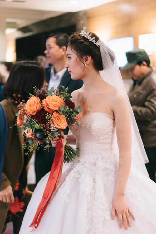 Váy dáng xòe được kết hợp bởi chất liệu satin cùng ren nhập khẩu châu Âu tạo nên vẻ đẹp mong manh, nhẹ nhàng cho cô dâu. Các lớp voan mỏng được xếp nhẹ nhàng phủ ngoài lớp satin giúp chiếc váy trở nên bồng bềnh, hô biến cô dâu trở thành nàng công chúa trong tiệc cưới.