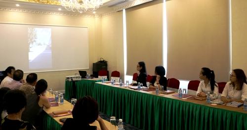 Đại diện Vietravel (ngồi bên phải ảnh) chăm chú xem lại một vài hình ảnh mà đoàn khách là các doanh nhân Hải Phòng đã kịp ghi lại về chuyến đi du lịch có giá 1,7 tỷ được ví như chuyến đi hành xác. Ảnh: Giang Chinh