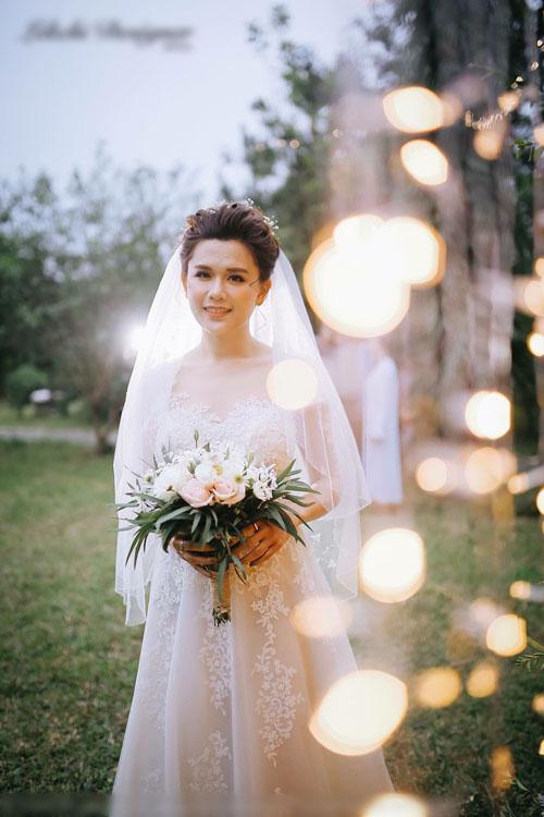 Dáng váy chữ A hợp với những đám cưới nhỏ ngoài biển hoặc đám cưới tổ chức ở sân vườn. Lớp vải ngoài cùng được đính kết bởi ren Hàn Quốc chạy dọc thân váy. Váy có độ xòe nhẹ để cô dâu thoải máidi chuyển,được xếp bởi nhiều lớp voan mỏng xen kẽ giúp người mặc có được vẻ đẹp dịu dàng, thanh thoát.