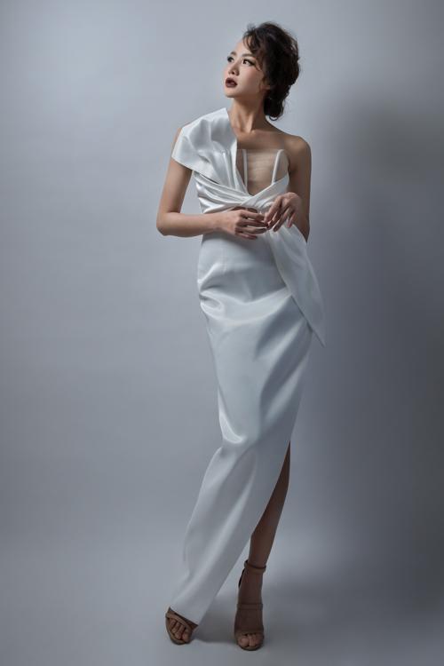 Mẫu váy có chiếc nơ to bản được thắt trước ngực, tạo điểm nhấn thu hút ánh mắt người đối diện. Thiết kế được may bằng chất liệu vảicao cấp sẽ làm nổi bật dáng váy và sự sang trọng.