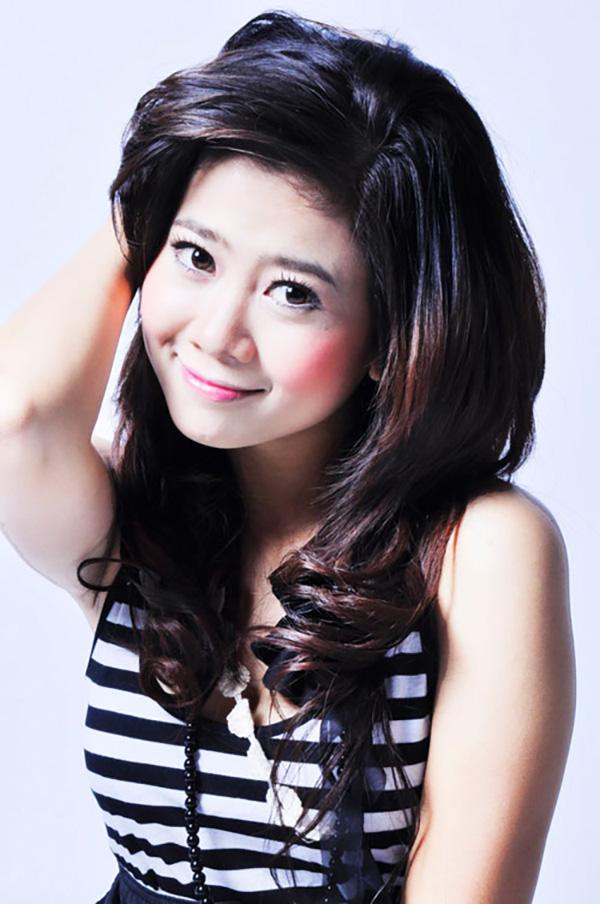 Cuối năm 2009, nữ diễn viên quyết định trở lại con đường ca hát. Mai Phương chia sẻ, nhạc sĩ Nguyễn Văn Chung chính là người động viên cô tái xuất với vai trò ca sĩ.Anh cũng chính là người giúp cô chọn lựa ca khúc, định hướng phong cách và đưa ra kế hoạch, phương hướng phát triển. Cô cho ra mắt ca khúc Một lần nữa được yêu nhưng không thực sự được chú ý. Mai Phương sau này thừa nhận, nếu có xuất hiện trên sân khấu âm nhạc thì cô cũng chỉ được nhìn nhận là diễn viên đi hát.