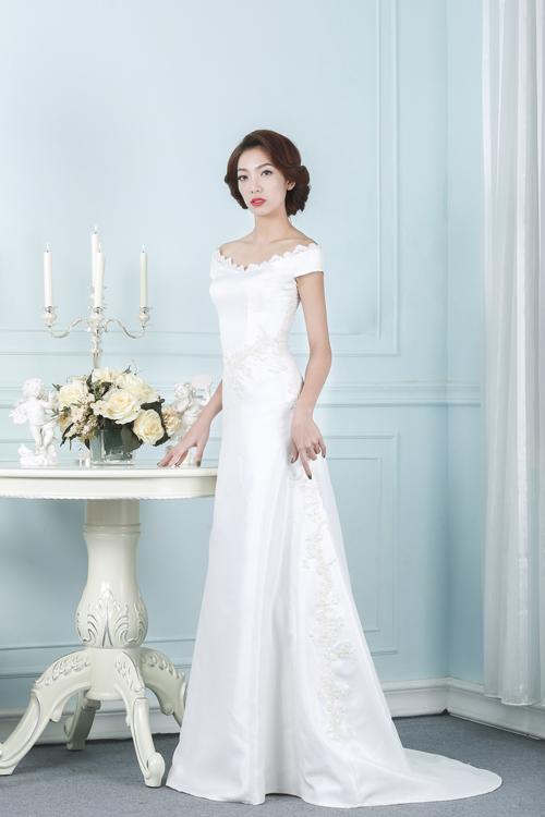 Mẫu váy dáng sheath tôn lên sự gợi cảm đầy quyến rũ của cô dâu nơi bờ vai. Kiểu váy này được cô dâu ưu ái hơn nhờ sự kín đáo, sang trọng.