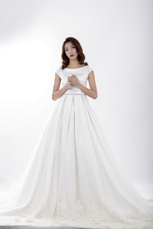 Mẫu váy có cổ thuyền và chân váy được điểm thêm họa tiết theo phong cách hoàng gia châu Âu, mangnét tinh tế, thanh lịch.