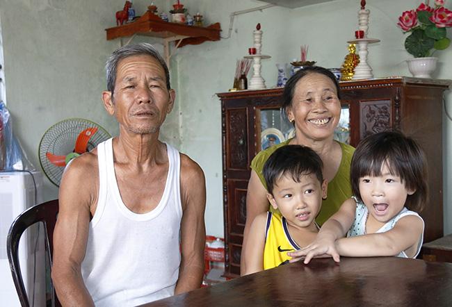 Ông Nguyễn Văn Nghĩa và bà Nguyễn Thị Tới luônđộng viên con dâu lấy chồng mới khi con trai mất tích.Ảnh:Đắc Thành.