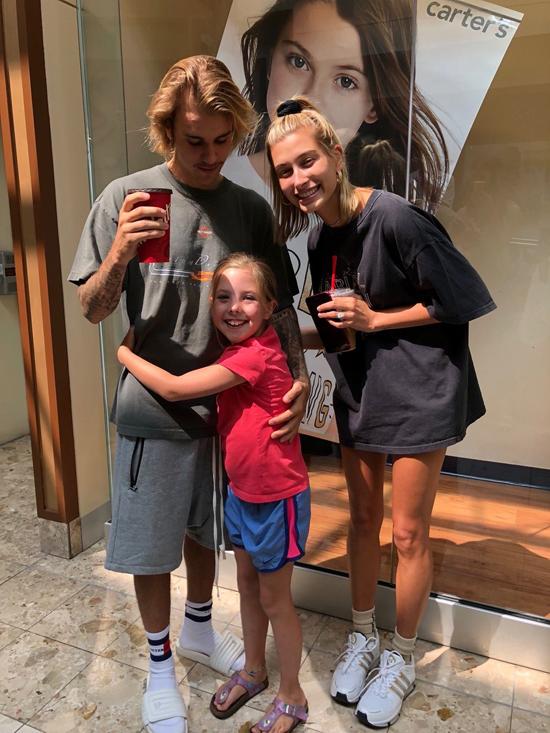 Cặp đôi chụp ảnh với một fan nhí ở Canada hôm thứ bảy, 18/8.