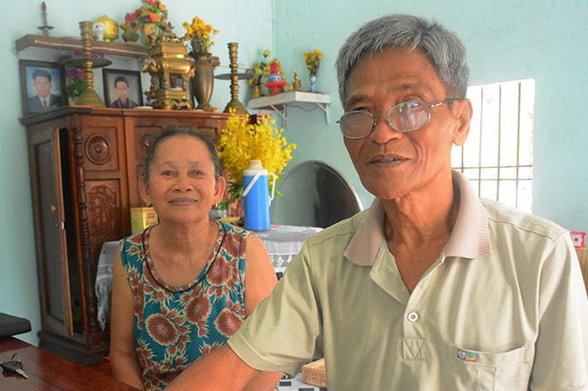 Vợ chồng ông Nguyễn Văn Nãi và bà Lê Thị Bảy kể lại chuyện cưới chồng cho con dâu. Ảnh:Đắc Thành.