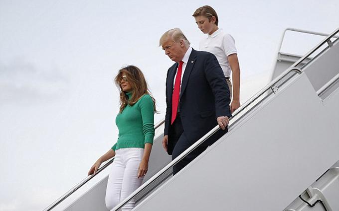Hôm 19/8, Barron Trump, cậu con trai duy nhất của ông Donald Trump với vợ ba, Đệ nhất phu nhân Melania, cùng bố mẹ đáp chuyến bay từ Bedminster, bang New Jersey,về Washington DC để chuẩn bị vào năm học mới.
