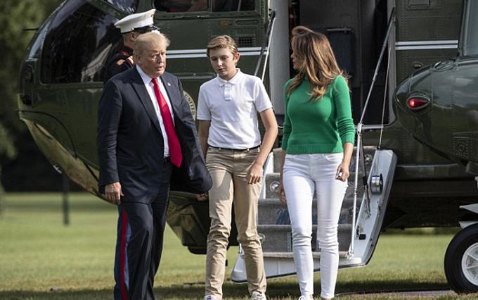 Tuy hiện mới12 tuổi, chuẩn bị vào lớp 7, nhưng Barron đã sở hữu chiều cao vượt trội, hơn cả mẹ Melania. Nữ cựu người mẫu có chiều cao 1,8 m, trong khi chồng bà, ông Donald Trump, cao 1,9 m.