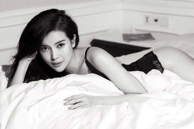Cao Thái Hà khoe thân hình gợi cảm trong bức ảnh trắng đen. Nữ diễn viên viết: Đừng suy nghĩ đen tối, đây chỉ là nghệ thuật mà thôi.
