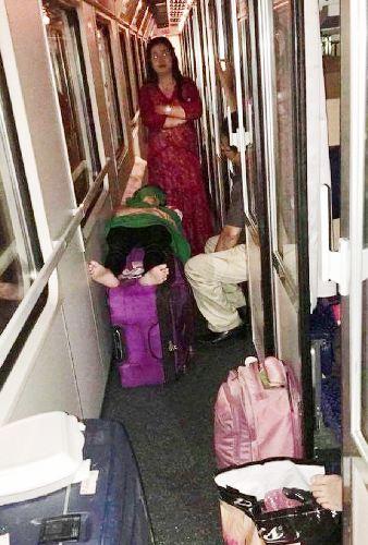 Mua tour tham quan du lịch các nước châu Âu với giá cao nhưng đoàn khách là các doanh nhân Hải Phòng bị Vietravel mua vé tàu chợ mất gần 17 giờ từ Munich (Đức) đến Milan (Ý). Không có giường nằm như đã ký kết trong hợp đồng, nhiều người phải ra hành lang tàu gần nhà vệ sinh nằm ngủ. Ảnh: Đoàn khách Hải Phòng cung cấp