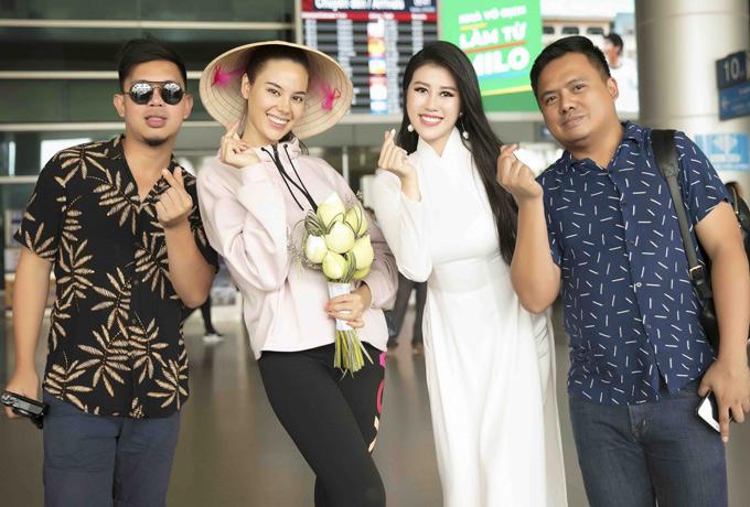Hai cô gái bắn tim chụp ảnh cùng những người bạncủa Emily Hồng Nhung ở sân bay.