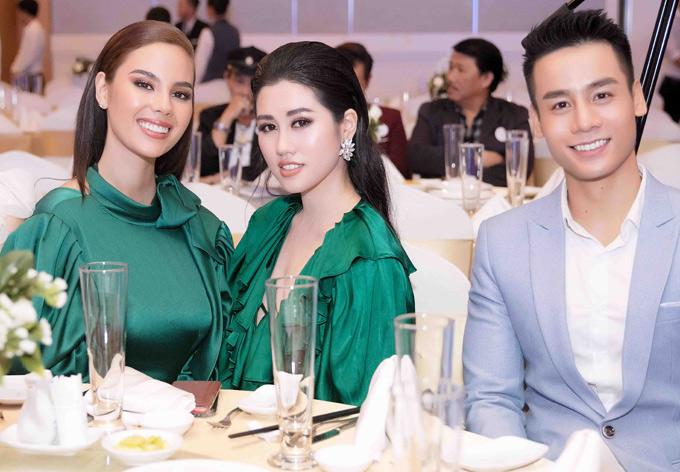 Nam vương Thế giới 2018 Cao Xuân Tài mặc bảnh bao hội ngộ hai người đẹp tại sự kiện tổ chức ở TP HCM.