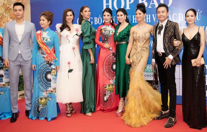 Hoa hậu Hoàn vũ Philippines 2018 chụp ảnh kỷ niệm cùng Emily Hồng Nhung và các khách mời khác. Cô dự định ở lại Việt Nam thêm vài ngày để đi du lịch, thưởng thức các món ăn đặc sản và tìm hiểu thêm về văn hóa của người Việt. Sau chuyến đi này, Catriona Gray bay sang Thái Lan dự thi Hoa hậu Hoàn vũ Thế giới cùng đại diện Việt Nam HHen Niê và các thí sinh đến từ nhiều quốc gia khác.
