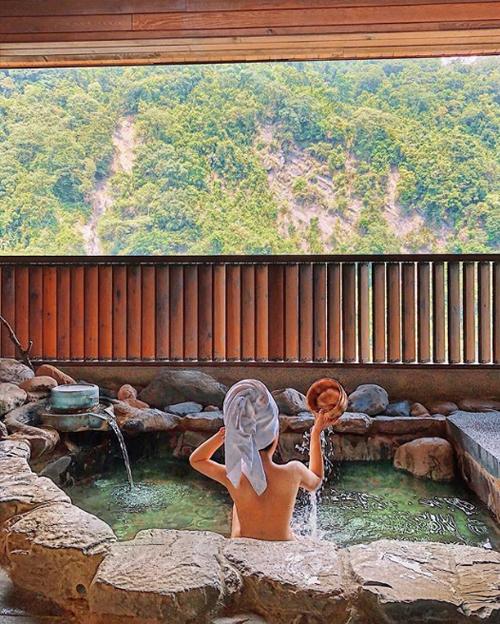 Tắm suối nước nóng giữa rừng núi. Hôm qua là một ngày lang thang ở Wulai, 3 địa điểm nổi bật nhất tại đây: - Wulai hot spring - Wulai waterfall - Wulai old street Theo mình thấy thế này, thật ra ở Wulai núi non hay thác nước, con suối cũng không khác Việt Nam là bao, nhưng cách ở đây họ khai thác rất dễ chịu. Những hàng quán hay Wulai station nhỏ nhỏ, người dân cũng ít nhưng vô cùng thân thiện. Có vẻ như đang là mùa hơi mưa một chút nên khách du lịch không nhiều vì vậy đi đứng hay chụp choẹt có vẻ dễ dàng hơn.