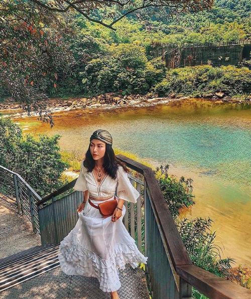 Shifen Waterfall Taiwan Đừng ai nghĩ em không thể trèo núi giang nắng, trong chuyến đi bất kì đâu em luôn là người sung sức nhất hội leo trèo mọi ngõ ngách không mỏi mệt nhe