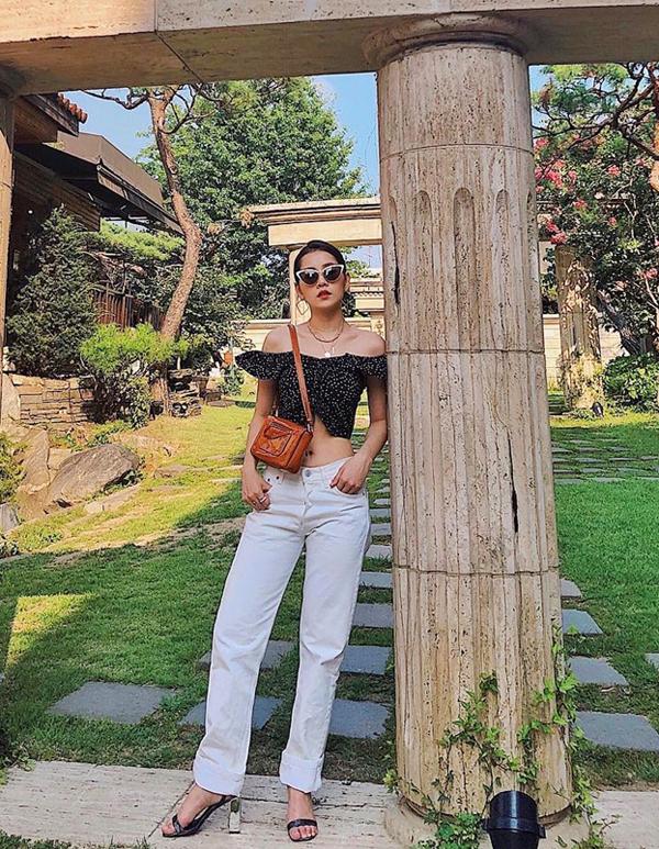 Những cô nàng vóc dáng mảnh dẻ nên chọn các kiểu áo hở eo được trang trí chi tiết bèo nhún, diềm xếp điệu đà như Chi Pu.