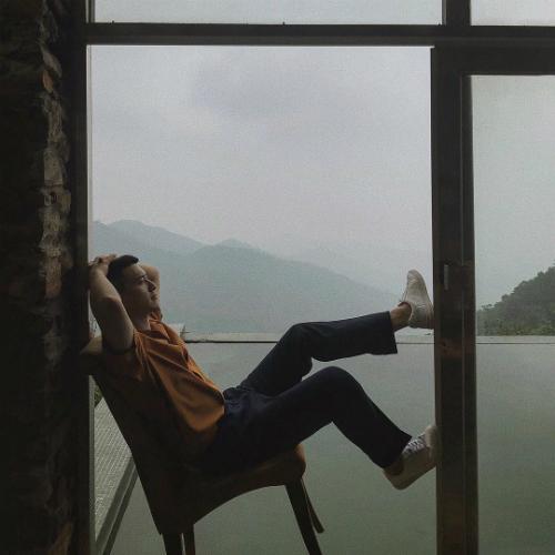 Huỳnh Anh cho rằng: Trong lòng khi không sầu không vui là khi bình yên nhất. Nam diễn viên khiến nhiều người bất ngờ khi gay gắt dằn mặt antifan chê bạn gái Việt kiều xấu.