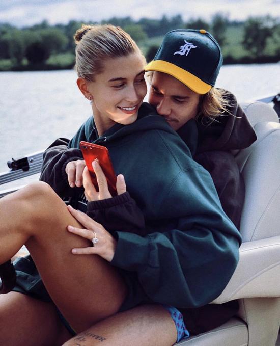Hailey đăng ảnh tình cảm với Justin trên Instagram tối chủ nhật.