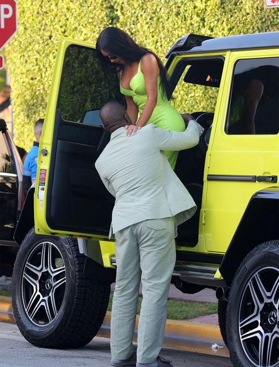 Rapper dễ dàng bế vợ vào xe dù Kim sở hữu cân nặng 54 kg. Người đẹp 37 tuổi mặc bộ đầm bó sát và đi giày cao gót nên khó khó thể tự trèo lên.