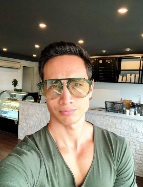 Kim Lý- bạn trai Hồ Ngọc Hà khoe bức ảnh selfie lộ cơ bắp cuồn cuộn.