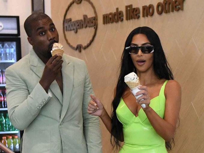 Cả hai không ngại thưởng thức món đồ ngọt hấp dẫn dù đều đang nỗ lực giữ dáng. Kim đã tập luyện khắc nghiệt còn Kanye từng thú nhận anh đi hút mỡ vì sợ béo.