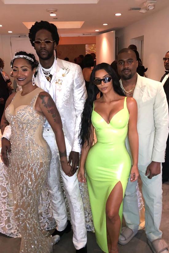 Vào buổi sáng trước đó, vợ chồng Kim tham dự đám cưới của rapper 2 Chainz (bên trái).