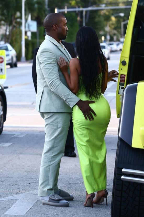 Sau khi tham dự đám cưới của rapper 2 Chainz và Kesha Ward tại khách sạn ở Miami (Florida), vợ chồng Kim - Kanye ra về vào chiều thứ bảy.